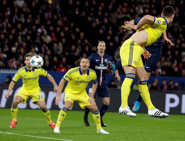 Paris St Germain's Edinson Cavani (R Rear) in action to score on goal during their Champions League round of 16 first leg soccer match against Chelsea at the Parc des Princes Stadium in Paris February 17, 2015. REUTERS/Philippe Wojazer (FRANCE - Tags: SPORT SOCCER)