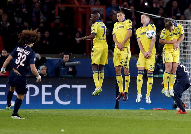 Paris St Germain's David Luiz (L) takes a shot on goal against Chelsea during the Champions League round of 16 first leg soccer match at the Parc des Princes Stadium in Paris February 17, 2015. REUTERS/Christian Hartmann (FRANCE - Tags: SPORT SOCCER)
