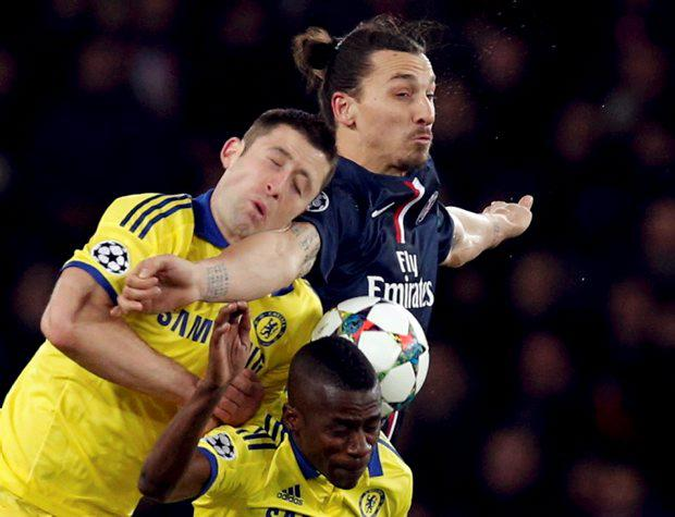 Paris St Germain's Zlatan Ibrahimovic (R Top) challenges Chelsea's Branislav Ivanovic (L) and Ramires (R Bottom) during their Champions League round of 16 first leg match