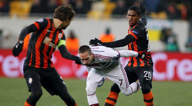 Bayern Munich's Franck Ribery (C) is attacked by Shakhtar Donetsk's Darijo Srna (L) and Douglas Costa during their Champions League round of 16 first leg soccer match in Lviv, February 17, 2015