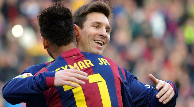 Barcelona's Neymar (L) celebrates his goal with teammate Lionel Messi