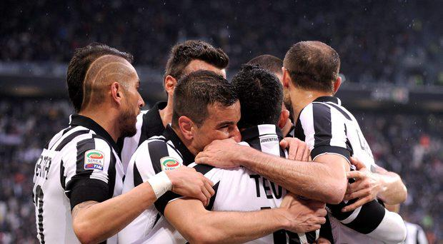 Juventus' Carlos Tevez (C) celebrates with teammates after scoring against Genoa during their Italian Serie A soccer match at Juventus Stadium in Turin March 22, 2015. REUTERS/Giorgio Perottino