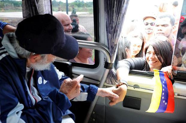 Cuban former president Fidel Castro talks to a delegation of Venezuelans in Havana March 30, 2015. Former Cuban President Fidel Castro, 88, appeared in public for the first time in more than a year on Monday, greeting a visiting delegation of Venezuelans to show he is alive and well, official media reported on Saturday. Picture taken March 30, 2015. REUTERS/Estudios Revolucion/Cubadebate Handout via Reuters.
