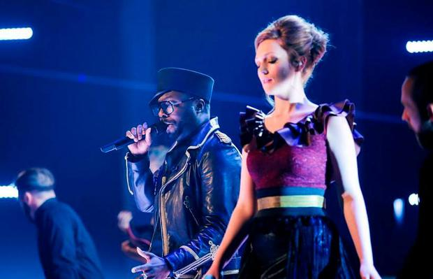 Lucy O'Byrne singing with Will.i.am on The Voice UK final