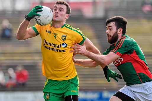 Eamonn McGee in action against Matyo's Kevin McLoughlin, Mayo at Castlebar, Co. Mayo. Picture credit: David Maher / SPORTSFILE