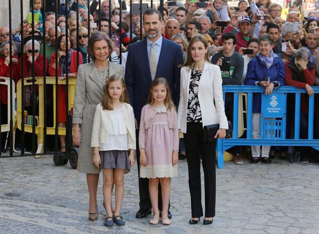 Members of Spain's royal family (L-R) Queen Sofia, King Felipe and Queen Letizia with their daughters Princess Leonor and Princess Sofia (front R), pose before attending an Easter mass at the cathedral in Palma de Mallorca