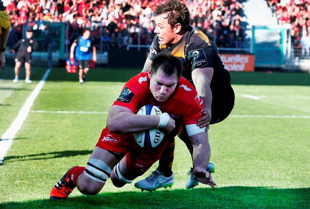 Ali Williams of Toulon dives over to score a last minute try