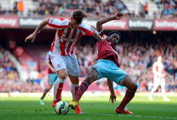 Stoke City's Marko Arnautovic (left) and West Ham United's Alex Song in action during the Barclays Premier League match at Upton Park, London. PRESS ASSOCIATION Photo. Picture date: Saturday April 11, 2015. See PA story SOCCER West Ham. Photo credit should read: Adam Davy/PA Wire. RESTRICTIONS: Editorial use only. Maximum 45 images during a match. No video emulation or promotion as 'live'. No use in games, competitions, merchandise, betting or single club/player services. No use with unofficial audio, video, data, fixtures or club/league logos.