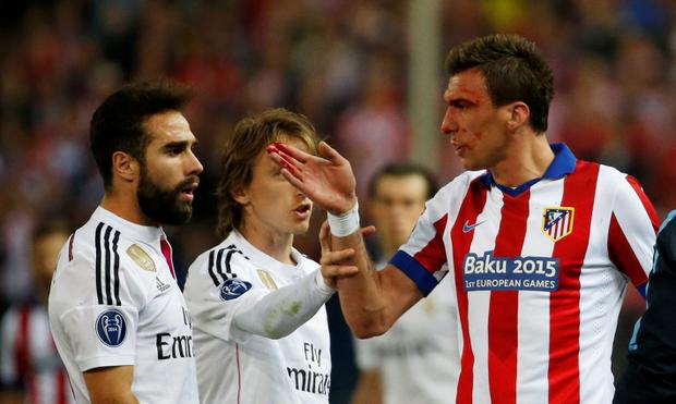 Atletico Madrid's Mario Mandzukic clashes with Real Madrid's Dani Carvajal Reuters / Juan Medina