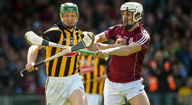 Henry Shefflin, Kilkenny, in action against Daithi Burke, Galway, as Burke looks set for a spell on the sidelines after breaking his hand (Diarmuid Greene / SPORTSFILE)