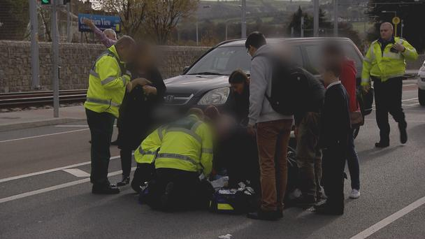 Paramedics respond to emergency call after a Spanish girl is hit by a car (Photo:TV3)