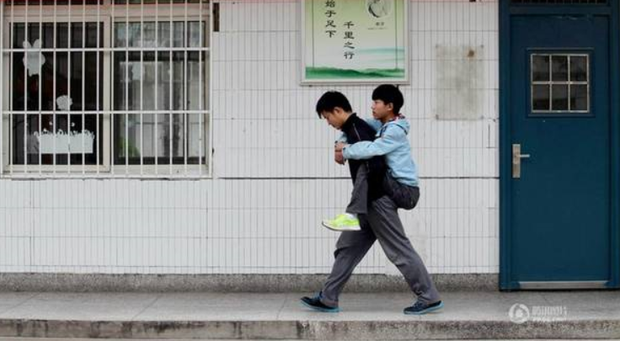 18-year-old Xie Xu, volunteered to look after his 19-year-old classmate Zhang Chi.