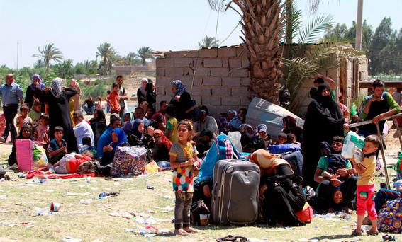 Displaced Sunni people fleeing the violence in the city of Ramadi arrive at the outskirts of Baghdad, May 17, 2015. REUTERS/Stringer