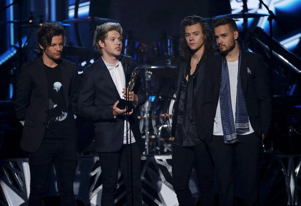Niall Horan (2nd from L) of One Direction accepts the award for Top Duo/Group at the 2015 Billboard Music Awards in Las Vegas, Nevada May 17, 2015. REUTERS/Mario Anzuoni