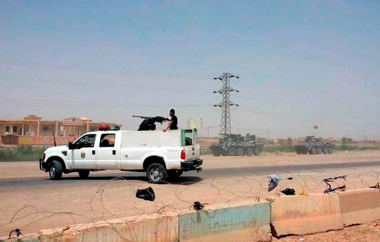 Arriving from Baghdad, federal police forces create a barricade to protect the Habaniyah military base near Ramadi. Photo: AP