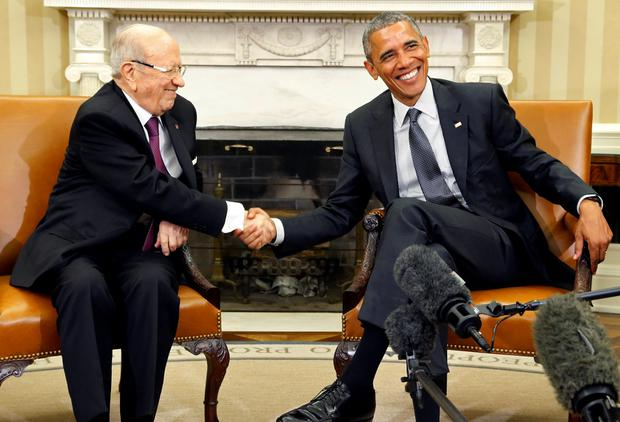 U.S. President Barack Obama (R) shakes hands with Tunisia's President Beji Caid Essebsi as reporters join them in the Oval Office after their meeting at the White House in Washington REUTERS/Jonathan Ernst