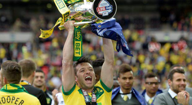 Norwich City's Wes Hoolahan celebrates with the trophy after gaining promotion to the Barclays Premier League