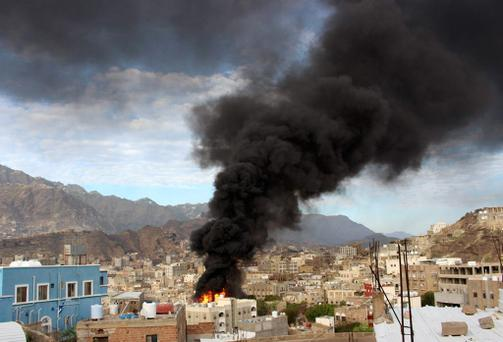 Smoke billows from a burning fuel truck after it was set ablaze during clashes between Houthis and fighters of the Popular Resistance Committees in Yemen's southwestern city of Taiz May 25, 2015. Picture taken May 25, 2015. REUTERS/Stringer