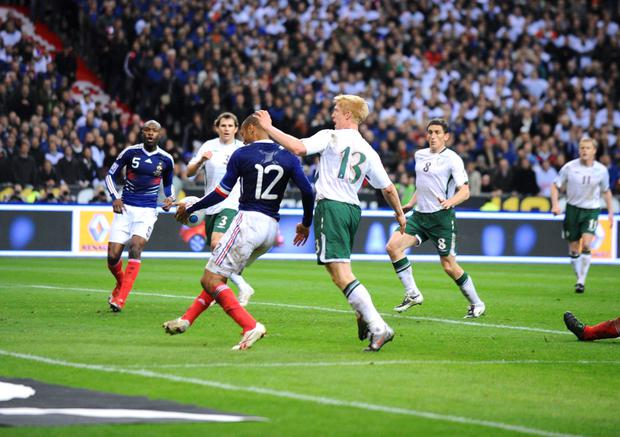 FRANCE-EIRE...gallas (william) action du but MAIN *** Local Caption *** henry (thierry) mcshane (paul)