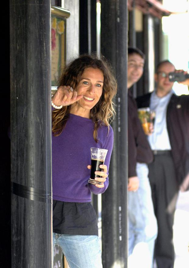Actress Sarah Jessica Parker stops for a Guinness in Foley's Pub on May 21, 2004 in Dublin, Ireland. (Photo by ShowBizIreland/Getty Images)