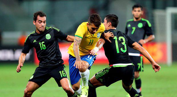 Brazil's Roberto Firmino (C) challenges Mexico's Adrian Aldrete (L) and Carlos Salcedo during a friendly soccer match in Sao Paulo, Brazil, June 7, 2015