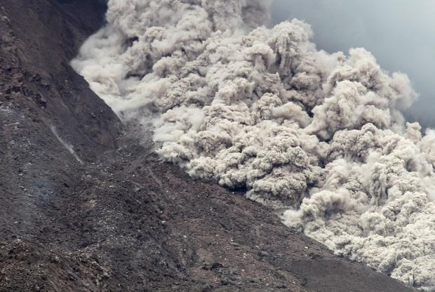Volcanic ash spew from Mount Sinabung as it erupts, as seen from Kuta Tengah Village in Karo Regency, Indonesia's North Sumatra province, June 16, 2015. REUTERS/YT Haryono