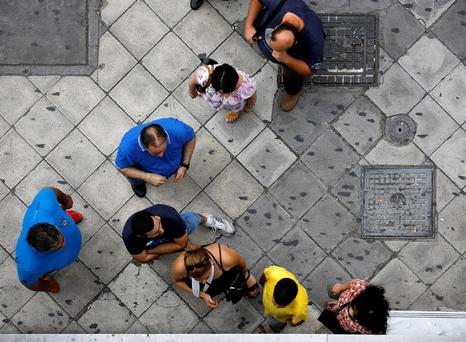 People line up to withdraw cash from an ATM outside a Eurobank branch in Athens, Greece June 28, 2015. Greece's finance minister denied saying the government preferred the imposition of capital controls, saying the move would be incompatible with the concept of a monetary union, a statement from his ministry said on Sunday. REUTERS/Yannis Behrakis