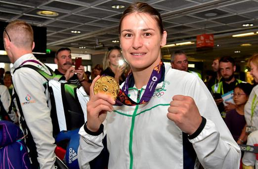 Katie Taylor, Team Ireland, holds up her gold medal on her return from the 2015 Baku European Games. Terminal One, Dublin Airport. Picture credit: Cody Glenn / SPORTSFILE