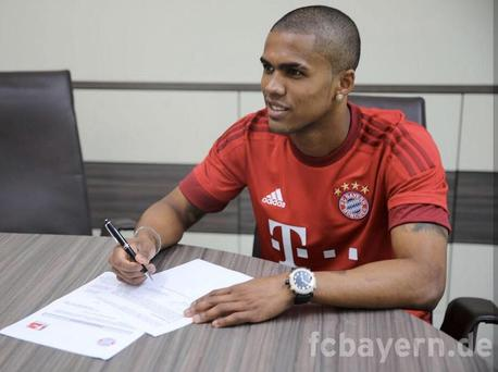 Douglas Costa signs his deal with Bayern