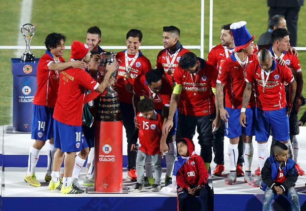 Chile players celebrate with the Copa America trophy during the medals presentation after they defeated Argentina in their Copa America 2015 final soccer match at the National Stadium in Santiago, Chile, July 4, 2015. REUTERS/Ueslei Marcelino