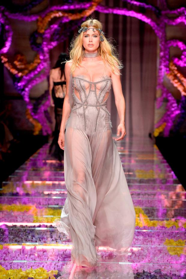 Doutzen Kroes walks the runway during the Atelier Versace show as part of Paris Fashion Week Haute Couture Fall/Winter 2015/2016 on July 5, 2015 in Paris, France. (Photo by Pascal Le Segretain/Getty Images)