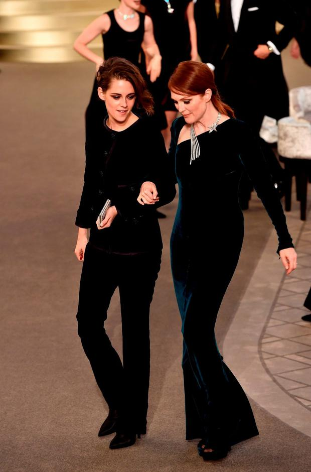 Kristen Stewart and Julianne Moore (R) attend the Chanel show as part of Paris Fashion Week Haute Couture Fall/Winter 2015/2016 on July 7, 2015 in Paris, France. (Photo by Pascal Le Segretain/Getty Images)