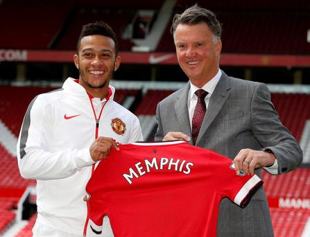 Manchester United new signing Memphis Depay (L) poses with manager Louis Van Gaal at Old Trafford Reuters / Andrew Yates