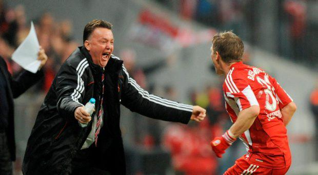 Picture taken on October 26, 2010 shows Bayern Munich's midfielder Bastian Schweinsteiger (R) celebrating scoring with Bayern Munich's Dutch head coach Louis van Gaal during the DFB German Cup football match FC Bayern Munich vs Werder Bremen