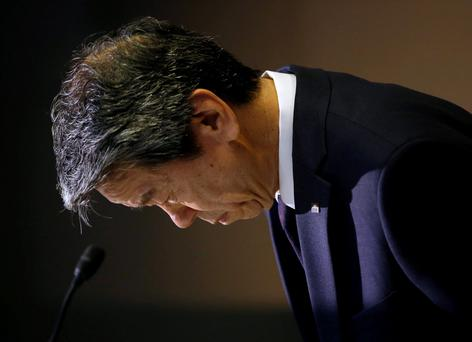 Toshiba chief executive Hisao Tanaka bows at the start of a news conference at the company headquarters in Tokyo yesterday. Photo: Reuters