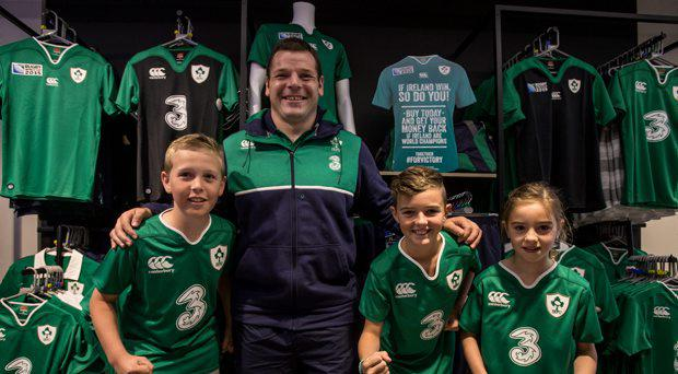 Ireland rugby player Mike Ross with Daniel McKenna age 9, Andrew Harvey age 10 and Isobel Slattery age 8