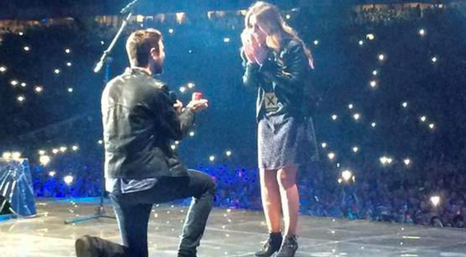 Jay Boland of Kodaline proposes to girlfriend Eatoin Corr on stage with Ed Sheeran