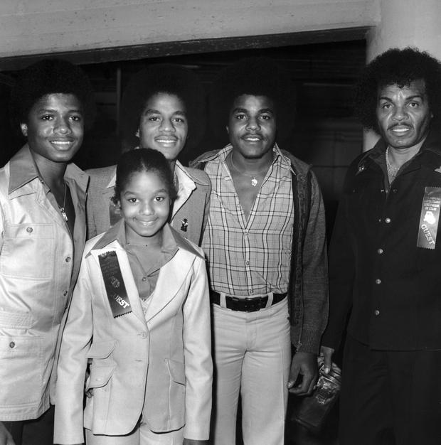Members of the Jackson Family pose together at the Annual Television Parade of Stars in Los Angeles, California, November 1977. Left to right: Randy, Janet, Marlon, Tito, and their father, Joe. (Photo by Frank Edwards/Archive Photos/Getty Images)
