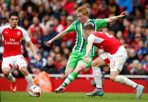 Wolfsburg's Kevin De Bruyne in action with Arsenal's Calum Chambers