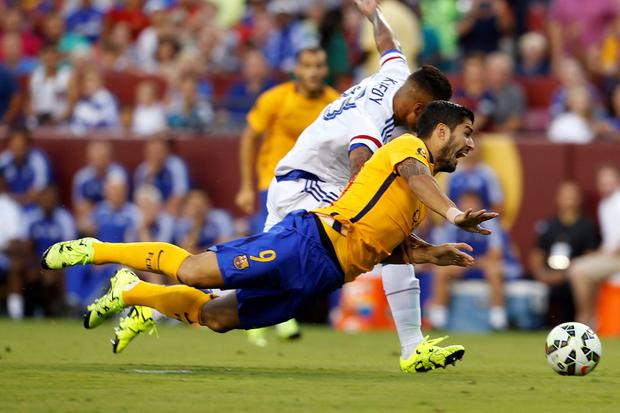 Barcelona's Luis Alberto Su?rez D?az and Chelsea's Kenedy fight for control of the ball during the first half of an International Champions Cup soccer match in Washington, Tuesday, July 28, 2015. (AP Photo/Carolyn Kaster)