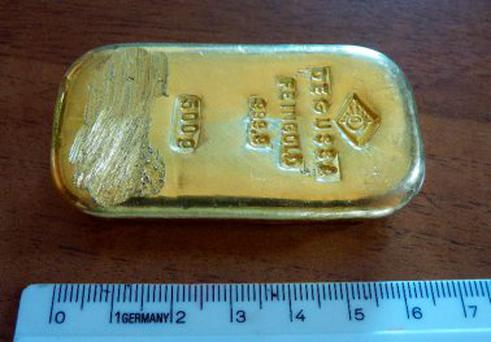 The photo released by the police in Rosenheim shows a gold bar that was found by a teenager when swimming in a lake near Berchtesgaden.