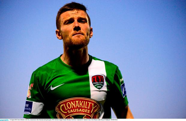 14 August 2015; Steven Beattie, Cork City, remonstrates with a linesman during the game. SSE Airtricity League Premier Division, Cork City v Limerick FC. Turners Cross, Cork. Picture credit: Piaras Ó Mídheach / SPORTSFILE