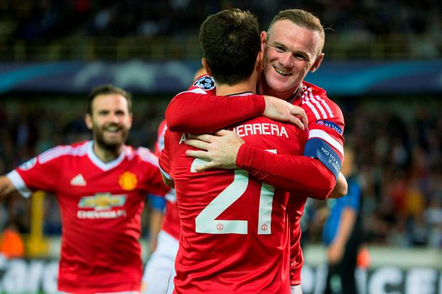 Manchester's Wayne Rooney (R) celebrates with his teammate Ander Herrera