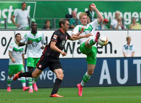VfL Wolfsburg's Kevin De Bruyne and Eintracht Frankfurt's Stefan Reinartz (L) fight for the ball