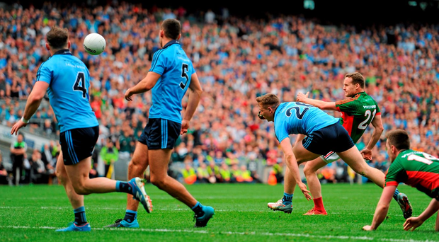 Andy Moran, Mayo, kicks a point to equalize, despite the attempts of John Small, Dublin. GAA Football All-Ireland Senior Championship, Semi-Final, Dublin v Mayo, Croke Park, Dublin. Picture credit: Tomás Greally / SPORTSFILE