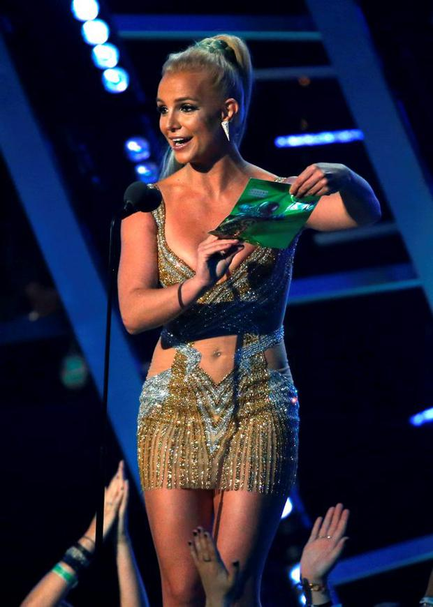 Singer Britney Spears presents the award for best male video at the 2015 MTV Video Music Awards in Los Angeles, California August 30, 2015. REUTERS/Mario Anzuoni
