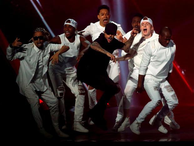 Justin Bieber (C) performs a medley of songs at the 2015 MTV Video Music Awards in Los Angeles, California August 30, 2015. REUTERS/Mario Anzuoni