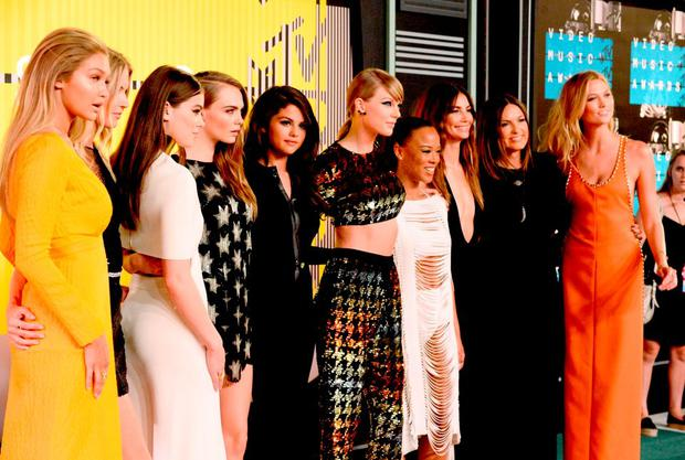 (L-R) Models Gigi Hadid and Martha Hunt, actress Hailee Steinfeld, model Cara Delevingne, recording artists Selena Gomez and Taylor Swift, actress Serayah McNeill, model Lily Aldridge, actress Mariska Hargitay and model Karlie Kloss attend the 2015 MTV Video Music Awards at Microsoft Theater on August 30, 2015 in Los Angeles, California. (Photo by Frazer Harrison/Getty Images)