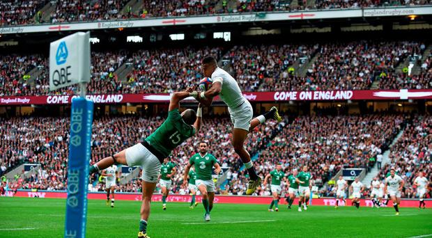 Anthony Watson, England, collects a cross field ball ahead of Simon Zebo, Ireland, on his way to scoring his side's second try. Rugby World Cup Warm-Up Match, England v Ireland. Twickenham Stadium, London, England. Picture credit: Brendan Moran / SPORTSFILE