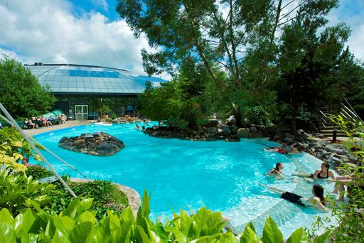 An outdoor pool next to the subtropical dome in Centre Parcs